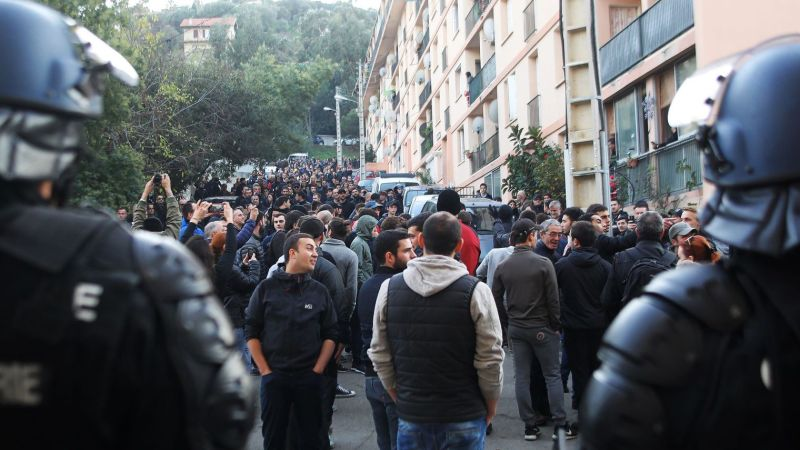 des-policiers-en-faction-pendant-une-manifestation-au-lendemain-du-saccage-d-une-salle-de-priere-musulmane-le-26-decembre-2015-a-ajaccio_5489612