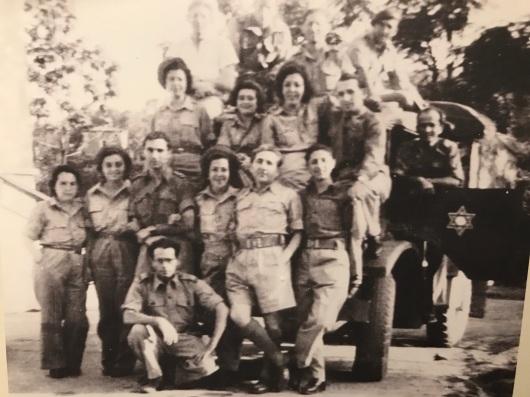 Photo de juives de Rhodes rescapées avec des soldats italiens (on y voit Alice Tarica)
