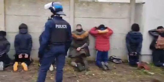 Voila-une-classe-qui-se-tient-sage-l-arrestation-de-dizaines-de-lyceens-a-Mantes-la-Jolie-fait-polemique