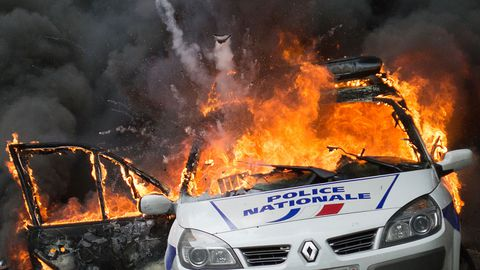 une-voiture-de-police-incendiee-par-des-manifestants-anti-police-a-paris-le-18-mai-2016_5599971
